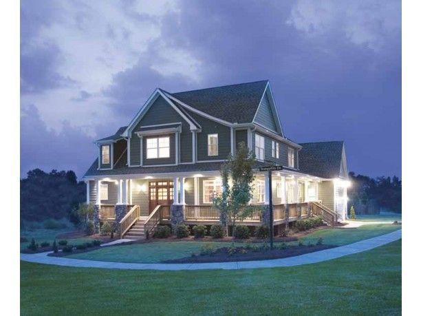 Bella vista nocturna de esta casa estilo colonial